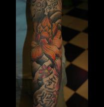 Japanse sleeve tatoeage met lotus bloem en tekst