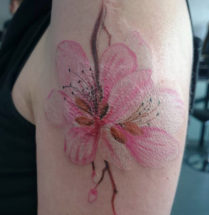 cover van een bestaande tattoo, roze lelie