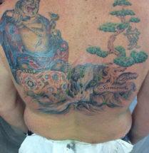 tatoeage van een dikke boedha een waterval en een boom op de rug