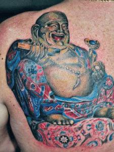 dikke gekleurde boedha tattoo op de rug