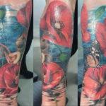 Klaproos tatoeage met een vlinder en een vleermuis