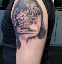 portret tattoo met halve skull tattoo