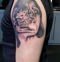 portret tattoo met halve skull tattoo