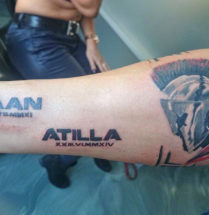 gedetalieerde tatoeage van een romein met de namen kaan en atilla