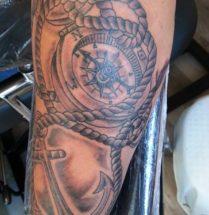 black and grey kompas tatoeage met een anker