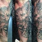 tatoeage sleeve van bloemen (roos en lotus) en een diamant en een ketting in de black en grey stijl