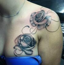 twee klaprozen geplaatst op de borst en schouder in de back and grey stijl