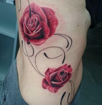 twee realistische rode rozen getatoeerd door Dutch Ink