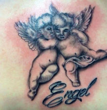 """tattoo van twee kleine engelen naast elkaar met daaronder """"engel"""""""