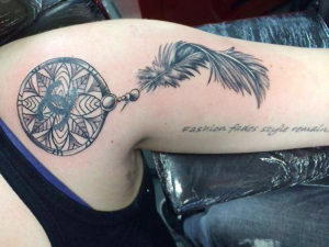dromenvanger tatoeage met een veer eraan