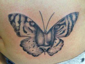 Tatoeage van een tijger in een vlinder