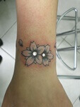 Microdermals met bloem tatoeage