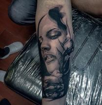 Black & gray portret op onderarm