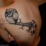 Simpel afgebeelde uilen tattoo, maar door hetgeen eromheen toch een creatieve creatie.