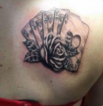 Harten kaarten met bloem op schouderblad