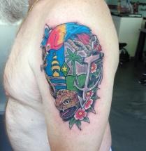 Vogel, anker, slang, bloemen op bovenarm