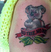 Koala en tekst op bovenarm