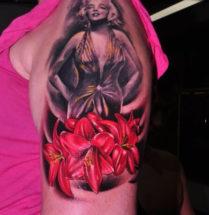 Marilyn Monroe met bloemen op bovenarm