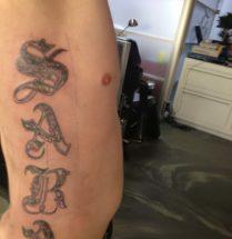 Naam tattoo op zij