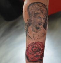 Portret met bloem op onderarm