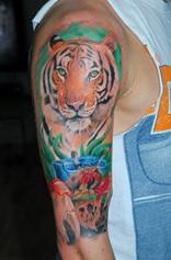 tijger tattoo geplaatst op de gehele arm