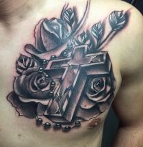 Kruis en bloemen op borst
