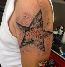 Ster met namen en teksten tattoo op bovenarm