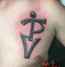 Tekst tattoo op borst