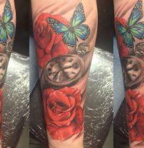 Bloemen met vlinder en klokje op ondrarm