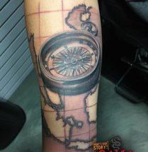 Compas met plattegrond op onderarm