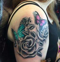 Bloemen en vlinders op bovenarm