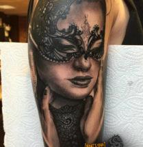 Vrouw met masker op bovenarm