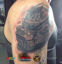 Tank cover-up op bovenarm