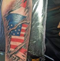 Nederlandse en Amerikaanse vlag op onderarm