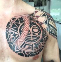 Maori tattoo op bovenarm en borst