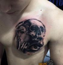 Vrouw met schedel en oog op borst