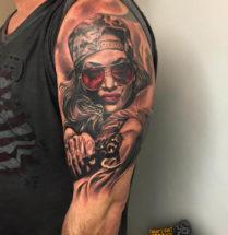Portret vrouw met pistool op bovenarm