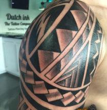 Maori tattoo op schouder