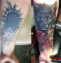 Cover up puppy met bloemen op onderarm