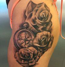 Bloemen en kompas op heup