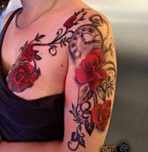 Bloemen met klokje op bovenarm en borst