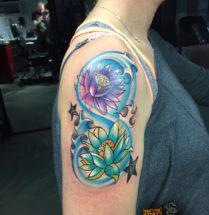 Lotus bloemen op bovenarm