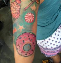 Donut en snoep op bovenarm