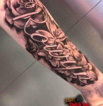 Bloemen en naam tattoo op onderarm