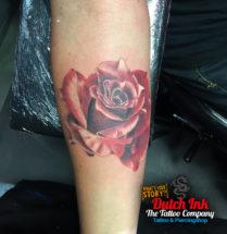 Realistische bloem op onderarm