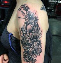 Bloemen op bovenarm