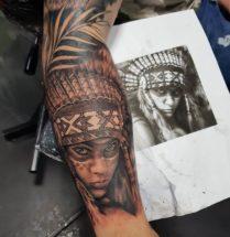 Indianen gezicht op onderarm
